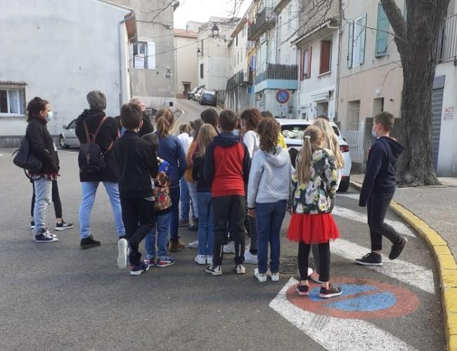Mairie Saint Savournin visite du village par le Maire pour les élèves de CM1